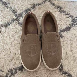 Nästan helt nya skor från Ralph lauren köpta i USA, säljer pågrund av att de är för stora för mig. Kostar 350kr inklusive frakt.