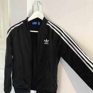 Skön träningsjacka från Adidas. Köpt för 700kr. Bortsett från att armarna är något noppriga så är den i bra skick.