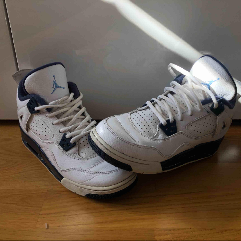 """Jordan Air Jordan 4 Retro LS  """"Legend Blue""""  Köpta för 3000kr. Använda men bra skickt fortfarande!   . Skor."""