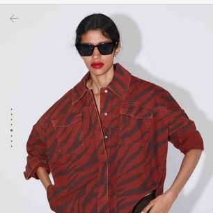 Säljer denna populära jackan från zara, super fint skick, säljer då jag tröttnat på den, skriv för fler bilder!💋