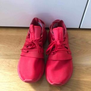 Röda adidas tubular! Bekväma skor. Snygga samt stiliga.