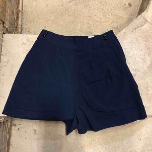 Mörkblå shorts från Monki.