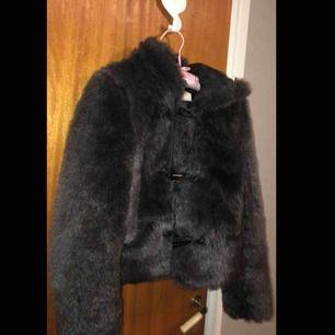 En grå fakepälsjacka från märket Only i storlek S.  Jackan har två stycken framfickor och en luva,perfekt nu till hösten/vintern. Säljes pga för liten på mig. Jackan är i ett bra skick, som ny.
