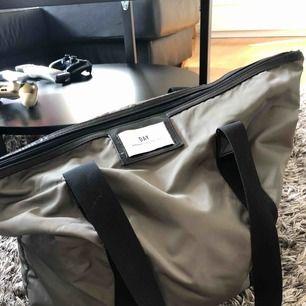 Säljer min grönaktiga day väska då den tyvärr bara ligger och dammar i garderoben.. tar betalning via swish och frakt tillkommer!