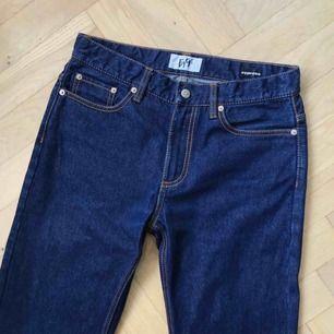 Eytys Cypress Raw jeans Storlek 30 Jättebra skick - färgen har fadeat på vissa ställen från normal användning.  Jag kan skicka fler bilder eller mått om det önskas + 63kr frakt