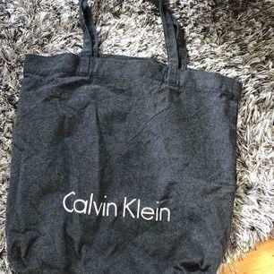 Säljer min tygkasse från Calvin Klein då den tyvärr bara ligger i garderoben.. perfekt att använda som matkasse🤪 tar betalning via swish och fraktar mot fraktkostnad