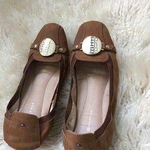 Säljer mina bruna skor från Tommy Hilfiger då de ej används, i bra skick! Tar betalning via swish och fraktar mot fraktkostnad!🥰
