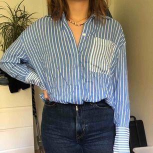 Randig oversized skjorta från Weekday, använd endast ett fåtal gånger💓