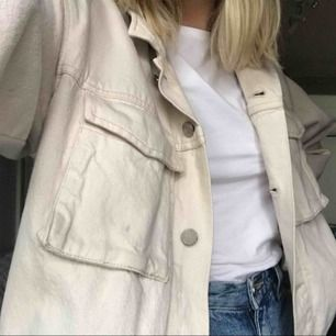Skitsnygg jeansjacka från H&M. Storlek 38 men tycker den passar mer som 36! Säljer pga använder den inte längre. Köparen står för frakt💜