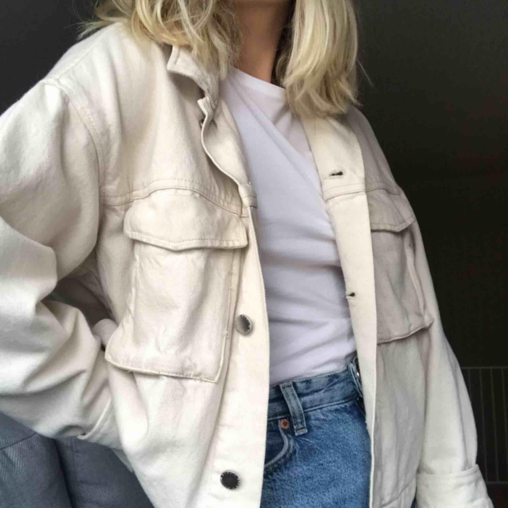 Skitsnygg jeansjacka från H&M. Storlek 38 men tycker den passar mer som 36! Säljer pga använder den inte längre. Köparen står för frakt💜. Jackor.