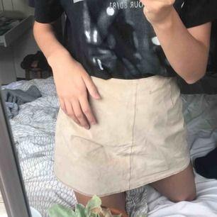 Snyggaste thriftade kjolen ever men har alltid varit förstör för mig så säljer den nu 😢 mocka ish! Är ursprungligen ifrån Vero Moda! 100kr + frakt!