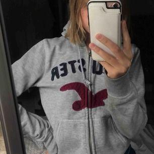 Skön hoodie med dragkedja från Hollister! Rätt gammal men endå i bra skick! Är strl M men passar lite oversized på mug som är en S i hoodies! Det beror på hur man vill att den ska sitta! 100kr+frakt! 💞