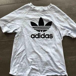 Fin adidas T-shirt i en blå lila färg. Storlek XS. Nypris ca200 kr men jag säljer den för 50kr❤️