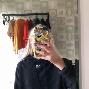 En cool adidas hoodie med adidas ränder på armarna. Nypris 499, jag säljer den för 150 kr❤️