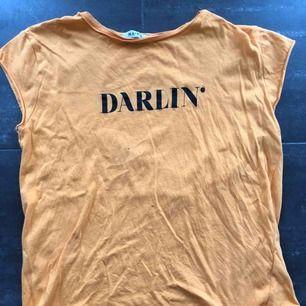 En fin T-shirt från nakd. Obs! Den är mer orange i verkligheten än på bilden❤️säljer för 40kr