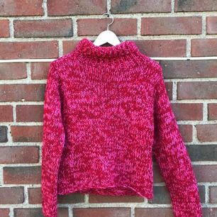 En rosaröd stickad tröja med polokrage!