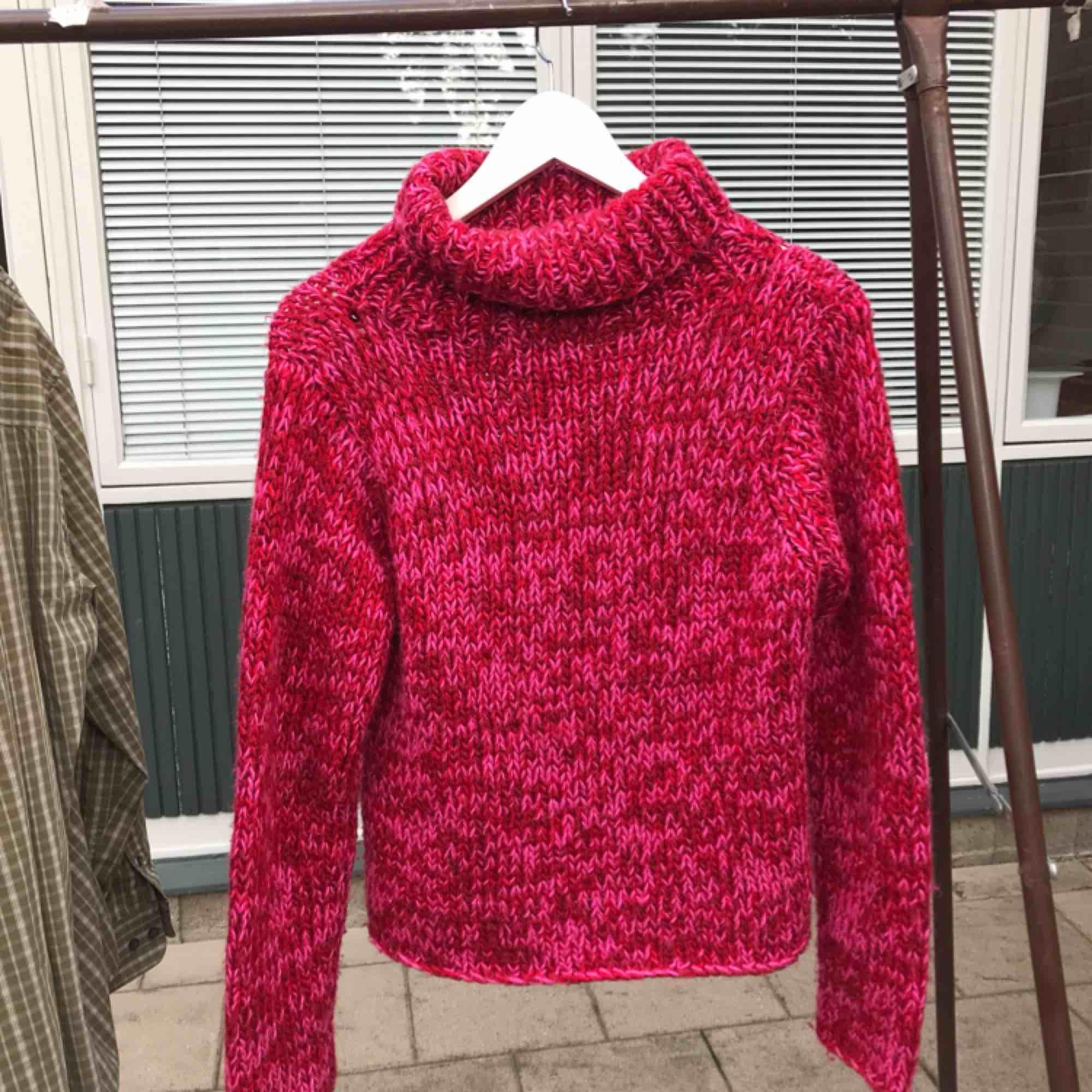 En rosaröd stickad tröja med polokrage! . Tröjor & Koftor.