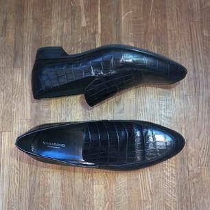 """Äkta läder """"Frances"""" från Vagabond. Använt endast en gång så toppen bra skick! Säljs fortfarande i butik för 1000kr! Väldigt låg klack på 2cm"""