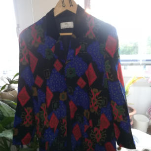 Vintage suit for free. There is a suit lining mising on the long sleeves and also buttons are missing, too. :-) But it can be wear with safety pins for example.