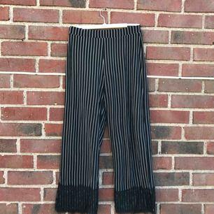 Säljer dessa randiga byxorna från zara, köpta i somras men aldrig använda!