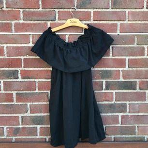 Säljer denna tjusiga klänningen från hm, kan bäras off shoulder men även som vanligt!