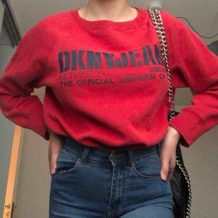 Snygg och skön röd tjocktröja från DKN JEANS