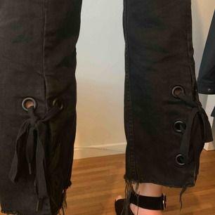 Svarta culottes i jeans från & other stories med flares i botten som går att knyta ihop.