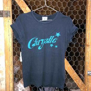 T-short med texten Chrystle med glitter.