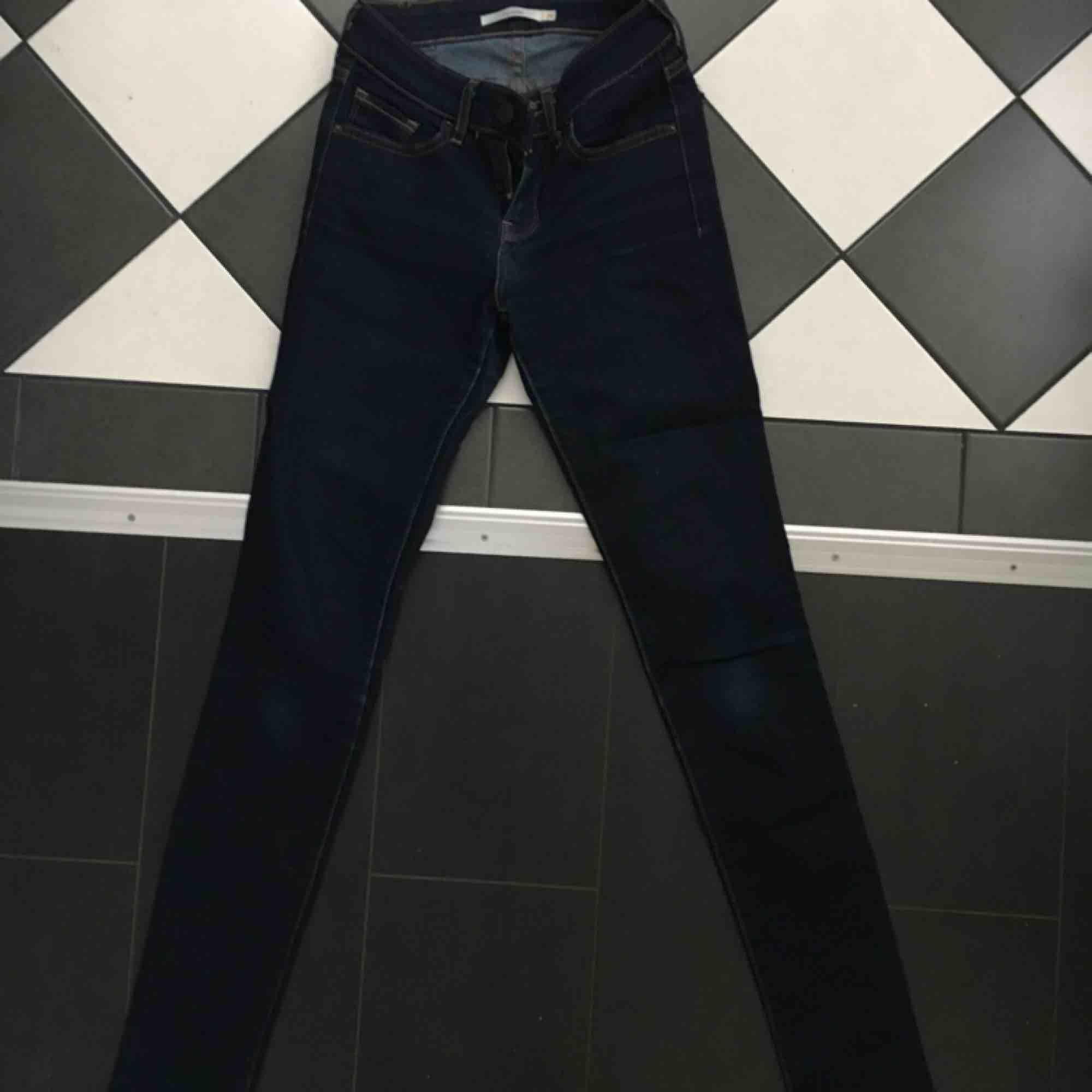 """Mörka Levi's jeans i modellen """"skinny"""" , storlek 24🌷🌷 frakt tillkommer . Jeans & Byxor."""