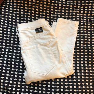 Vita jeans från Dr.Denim. I modellen plenty (högmidjade, men inte den allra högsta, går till naveln)☺️🌟