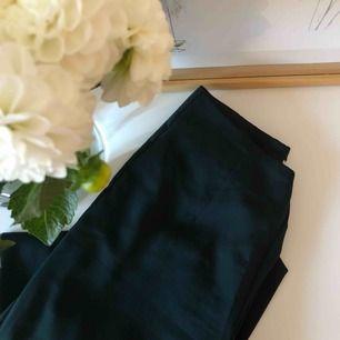 Mörkgröna raka kostymbyxor från Bikbok💚 Endast använda 1 gång, på sidan av byxan är det en dragkedja och en knapp som man stänger dem med☺️ Frakt ingår i priset🌟