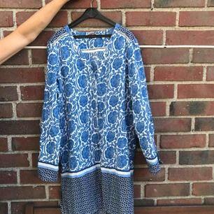 En jättefin klänning/blus från indiska, nyskick då den knappt är använda!