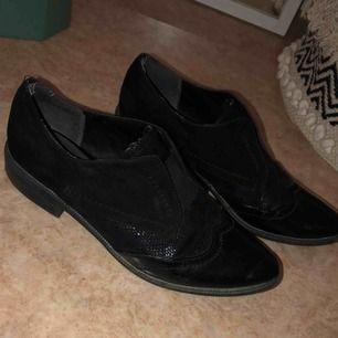 Snygga loafers från Tamaris. Använda men fortfarande fina!! De defekter som finns ser ni på bild 😋
