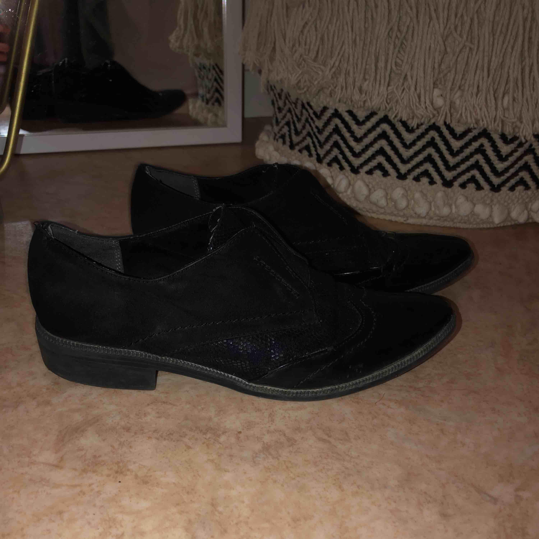Snygga loafers från Tamaris. Använda men fortfarande fina!! De defekter som finns ser ni på bild 😋. Skor.
