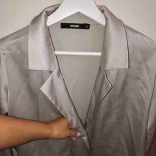 Såå fin silvrig siden skjorta från bikbok🌟🤩 band i midjan, säljer då den ej kommer till användning, sitter super fint på💥 frakt ingår i priset🥰