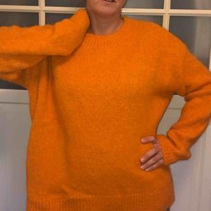 Jättefärgstark orange stickad tröja. Så mysig! Nyskick, endast använd en gång.