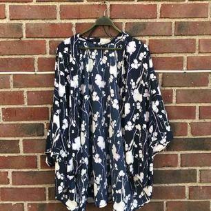 Säljer denna snygga kimonon med blått mönster!
