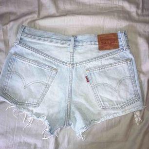 Jättesnygga ljusblå levi's shorts i modellen 501, med sliten kant. Dem är använda men i bra skick. Säljer för 200kr (nypris ca 600kr) och köparen står för frakten.