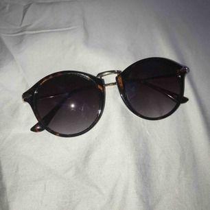 Solglasögon från Guldfynd som är i jättebra skick. Säljer dem för 50kr och köparen står för frakten. Skyddet ingår