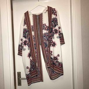 Underbar kimono från River Island. Har inte använt den så många gånger som plagget förtjänar, så därför säljs den vidare :))
