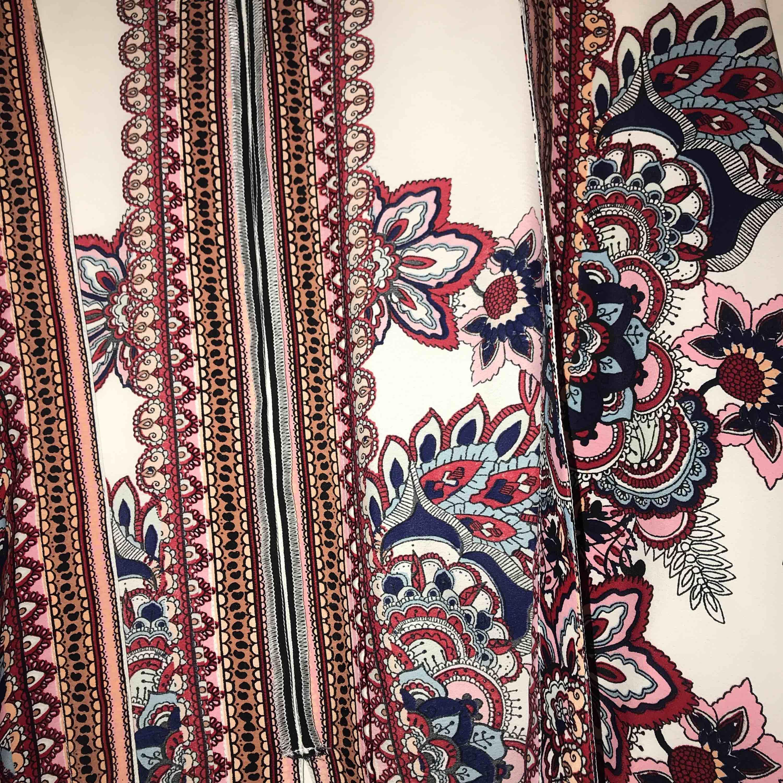 Underbar kimono från River Island. Har inte använt den så många gånger som plagget förtjänar, så därför säljs den vidare :)) . Kostymer.