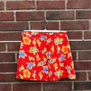 Säljer denna söta blommiga kjolen!