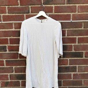 Säljer denna gulliga vita klänningen!