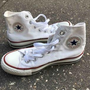 Knappt använda converse i storlek 36. Skick som nyköpta! Ett så värt köp, ett par vita converse passar till alla outfits!