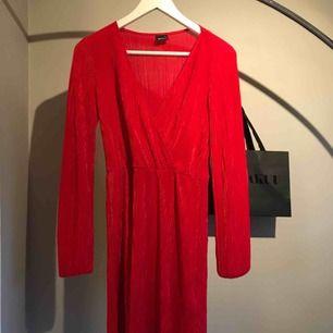Röd ribbad klänning. Figurformad !
