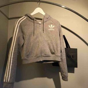 Skitsnygg croppad hoodie från adidas.