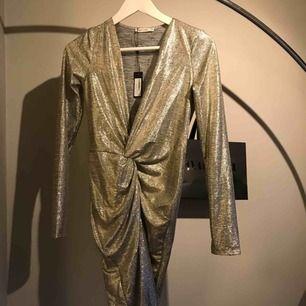 Oanvänd klänning från nelly med lappen kvar ! Riktigt snygg partyklänning med fin detalj på magen.