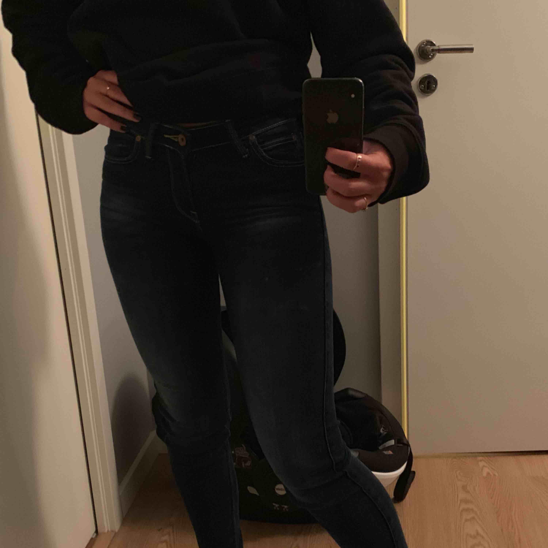 Mörkblåa Lee jeans i strl 25/33 som sitter super bra men inga jeans jag använder längre. Jag är 168 och de slutar precis vid min ankel så de är inte överdrivet långa heller!!. Jeans & Byxor.