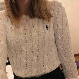 Superfin stickad vit långärmad tröja från Ralph lauren, tyvärr ett ihopsytt hål längst ner på tröjan (se bild 3). Passar till allt!! Köpare står för frakt. Nypris 1195kr