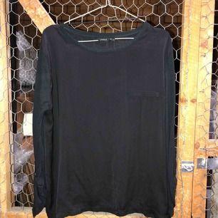Glättig blus/tröja med ärmar i annat tyg.